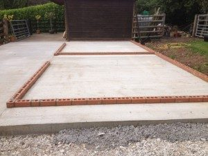 concrete-stable-base-with-single-brick-course-300x225